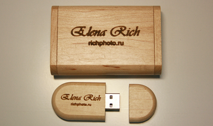 Нанесение логотипа компании и адреса веб-сайта на USB-flash